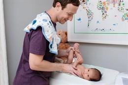 Mark Zuckerberg cambia il pannolino alla figlia: 2 milioni di 'Mi piace'