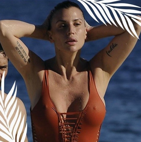 Pin-up-stars-costume-arancio-claudia-galanti-isola-dei-famosi