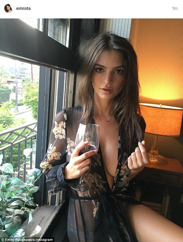 Emily-Ratajkowsky-sensuale-vestaglia-da-notte...-e-sotto-niente-1